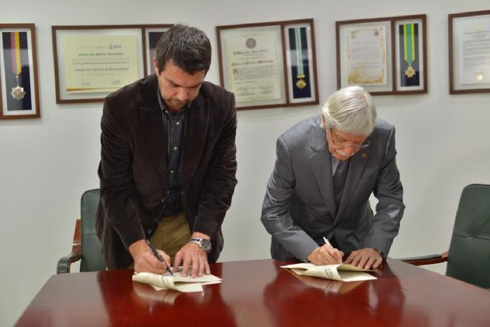 """Acuerdo Cámara de Comercio de Bucaramanga y la UDES. """"Programa más Ideas, Más Empresas""""   EL FRENTE"""