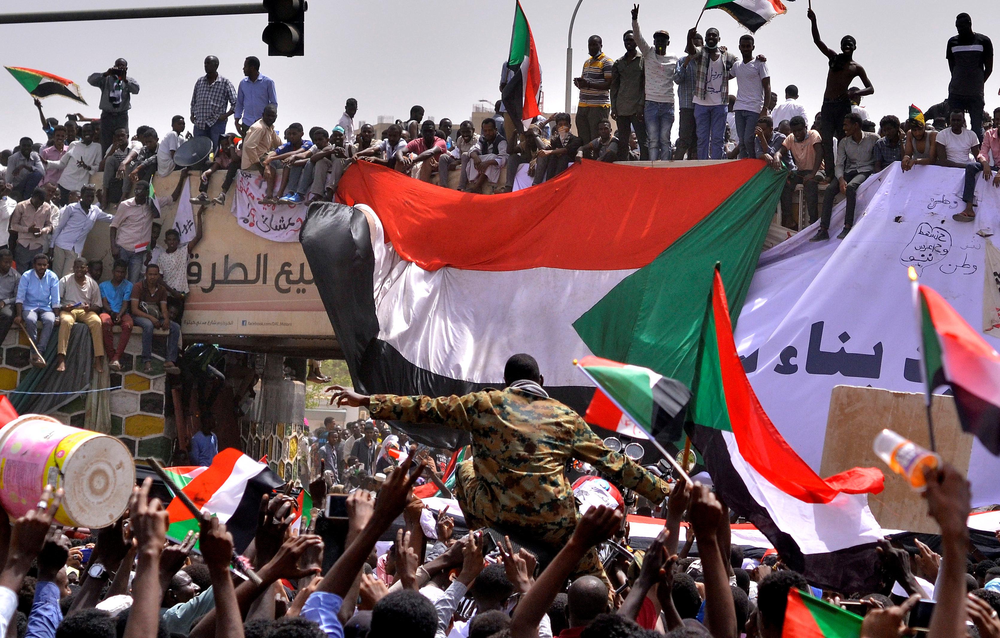 Presidente de Sudán Al Bashir derrocado por el Ejército | EL FRENTE
