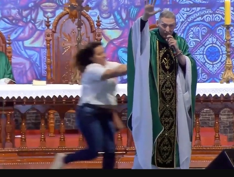 El famoso sacerdote brasileño Marcelo Rossi fue tumbado del altar por una mujer en plena misa | EL FRENTE