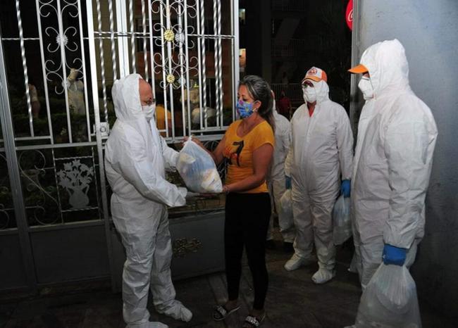 Gestora social lidera entrega de mercados a familias afectadas por cuarentena   EL FRENTE