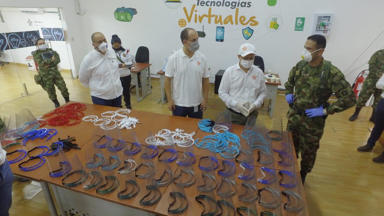 Material elaborado en 3D por expertos del SENA. Entregan caretas de protección a la Quinta Brigada | Región | Santander | EL FRENTE