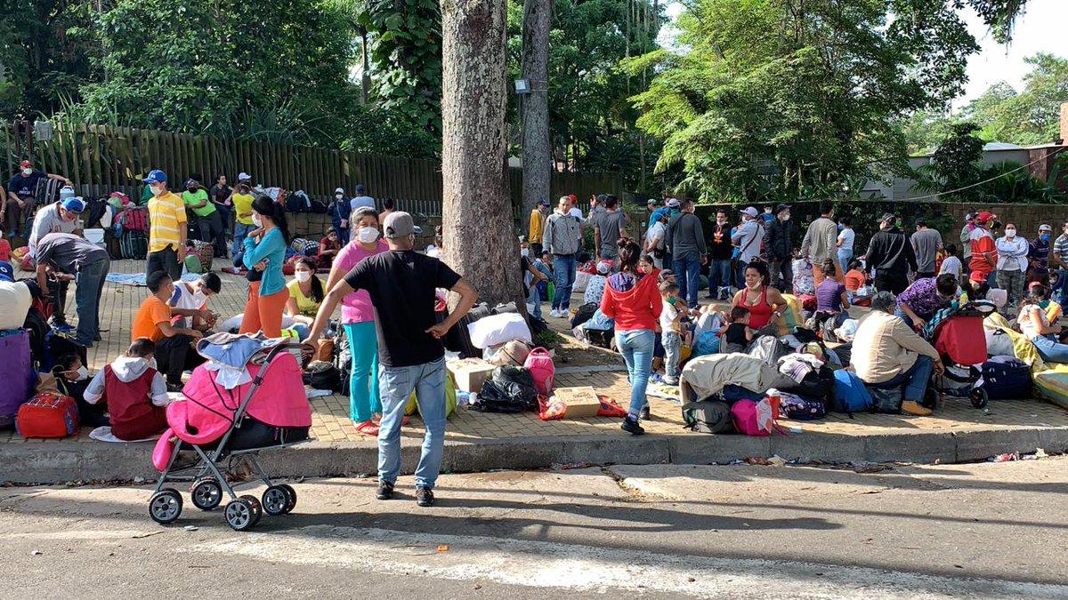 Descontrolada concentración de migrantes venezolanos en el Parque del Agua de Bucaramanga | Santander | EL FRENTE