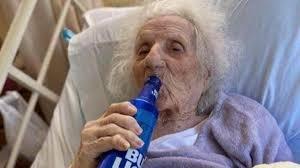 Anciana superó el Covid-19 y lo celebró tomando cerveza en el hospital   Mundo   EL FRENTE