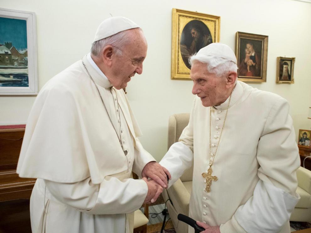 Papas Francisco y Benedicto XVI serán inmunizados | EL FRENTE