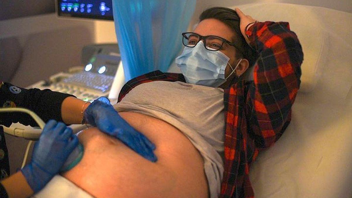 Da a luz primer hombre embarazado en España | EL FRENTE