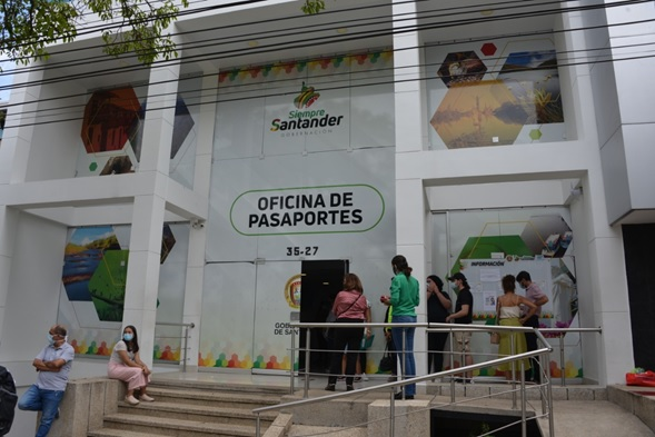 Denuncian ventanilla paralela en oficina de pasaportes que negociaría turnos    Política   EL FRENTE