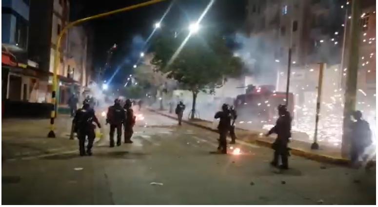 Más de 50 heridos tras enfrentamientos entre el Esmad y manifestantes en Bucaramanga   EL FRENTE