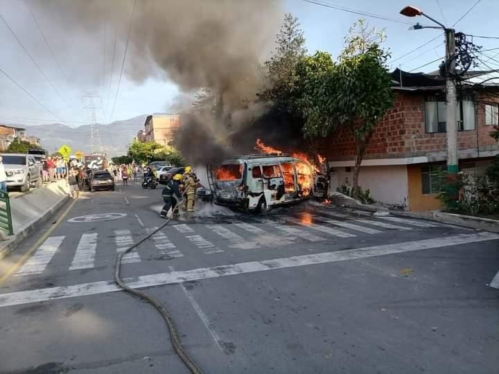 Incendio de dos vehículos causó pánico en Girón  | EL FRENTE