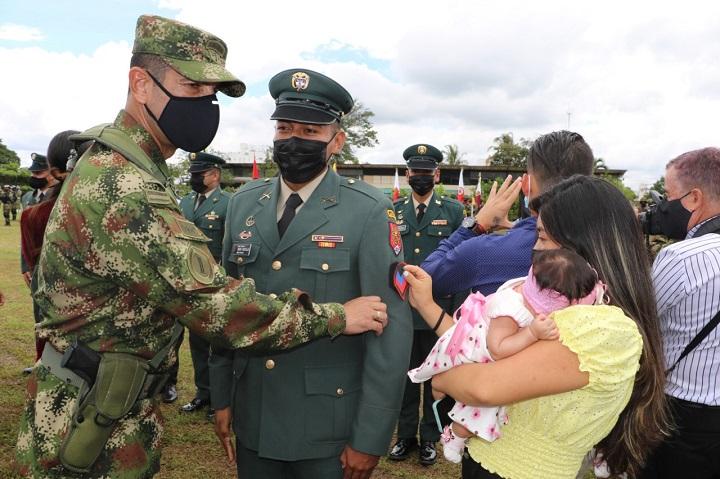 Ascensos a grado superior en el Ejército son orgullo familiar por logros de los héroes de la patria   EL FRENTE