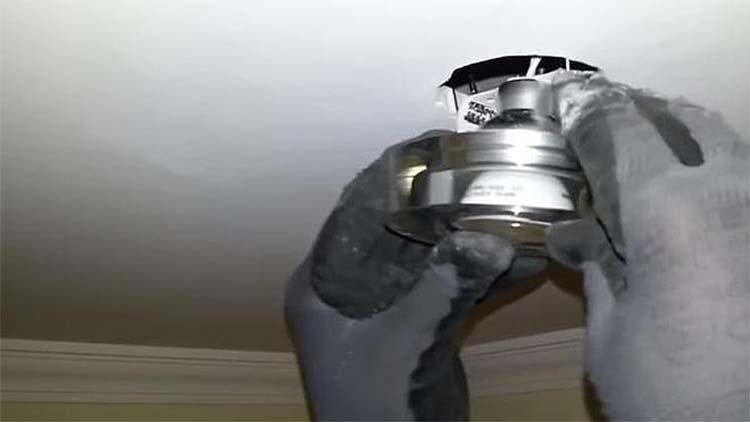 Arreglar un bombillo le costó la vida cuando cayó desde dos metros de altura | EL FRENTE