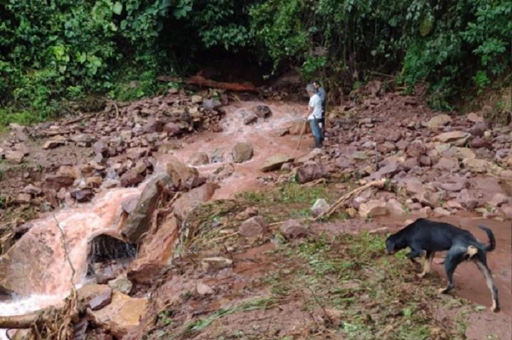 Quebrada Santa Rosa se salió de cauce causó daños en vías y viviendas de Simacota, Santander   Santander   EL FRENTE
